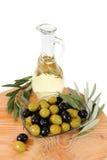 在一白色backgroun隔绝的橄榄油,绿色和黑橄榄 库存照片
