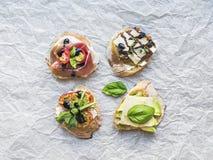 在一白色pergament设置的开胃小菜brusquetta 免版税库存照片