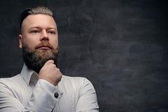 在一白色shir的周道的有胡子的男性 免版税图库摄影
