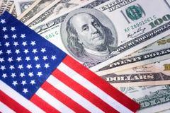 在一百元钞票背景的美国国旗 财务的概念 金钱,现金背景 免版税库存照片
