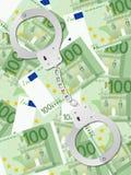 在一百欧元背景垂直的手铐 免版税库存照片