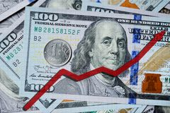 在一百美元票据和俄罗斯卢布背景的红色箭头图  3d替换例证费率回报了 库存图片