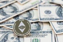 在一百美元钞票的银色Ethereum 采矿概念,电子货币交换概念, 免版税库存照片