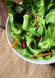 在一碗的一棵绿色菜在木桌上的蔬菜沙拉 库存照片