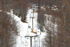 在一种大手段的倾斜的滑雪电缆车在Vasilitsa 免版税库存图片