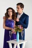 在一种好心情的逗人喜爱的夫妇与香槟玻璃 库存图片