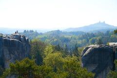 在一种岩石形成顶部的登山人 库存照片