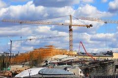 在一种工业设施的建造场所的起重机 库存图片
