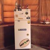 在一种手段的冰箱在Ubari沙漠 库存照片