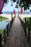在一种手段的木桥在往海滩的水 免版税库存图片