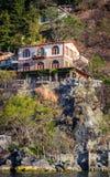 在一种手段的迷人的咖啡馆在湖Atitlan岸在危地马拉 免版税库存图片