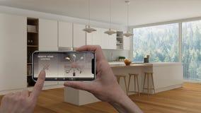 在一种数字式巧妙的电话片剂的遥远的家庭控制系统 有app象的设备 最低纲领派白色厨房内部在bac中 库存照片