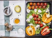 在一种木箱和调味料的五颜六色的各种各样的有机农厂菜在文本的,在木土气backgr的框架一个餐巾地方 免版税库存照片