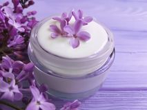 在一种木背景治疗的奶油色化妆丁香 库存照片
