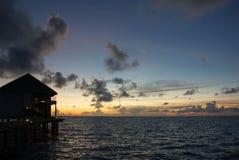 在一种热带手段的多云天空在晚上 免版税库存照片