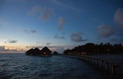 在一种热带手段的多云天空在晚上 库存图片