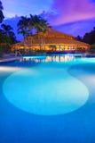 在一种热带手段的豪华游泳池在日落 免版税库存图片