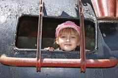 在一种焊接金属吸引力里面的小女孩 库存图片