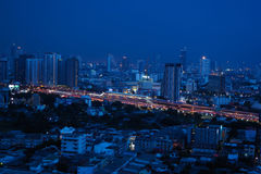 在一种蓝色都市风景的美好的夜 图库摄影