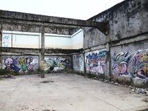 在一种被放弃的建筑结构的墙壁上的街道画艺术在安蒂波洛市,菲律宾 免版税图库摄影