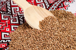 在一种织品的碎荞麦片与被绣的种族样式 图库摄影