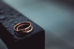 在一种黑金属的婚戒 免版税库存照片