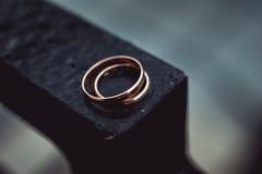 在一种黑金属的婚戒 库存图片