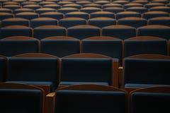 在一空的剧院hallroom的位子行 库存照片