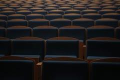 在一空的剧院hallroom的位子行 库存图片