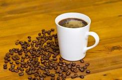 在一粒白色杯子和烤豆的咖啡 免版税库存照片