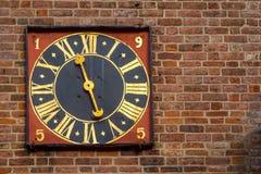 在一红色brickwalll的古老金黄塔时钟 免版税图库摄影