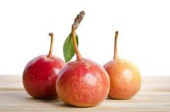 在一编组的梨在木桌上 免版税库存图片