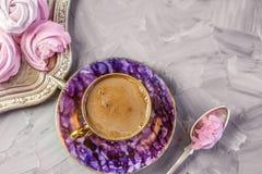 在一美丽的奖杯的热巧克力有做的一个桃红色蛋白软糖家的 复制空间 库存图片