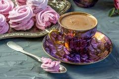 在一美丽的奖杯的热巧克力有做的一个桃红色蛋白软糖家的 免版税图库摄影