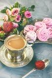 在一美丽的奖杯的热巧克力有做的一个桃红色蛋白软糖家的 库存照片