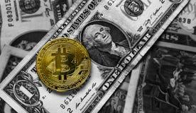 在一美元钞票的Bitcoin 贸易的概念 免版税图库摄影