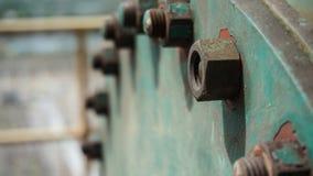 在一老绿色金属片的生锈的螺栓,特写镜头 免版税库存图片