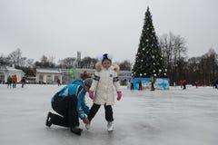 在一自由滑冰场的人乘驾 库存照片