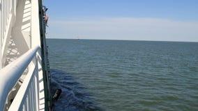 在一艘快速的筏的巡航 股票录像