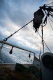 在一艘捕鱼船的船尾在晚上 免版税库存图片