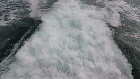 在一艘渡轮后挥动足迹表面在海 股票录像