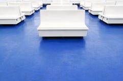 在一艘渡轮的空白位子或长凳作为背景 库存图片