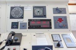 在一艘现代船的桥梁的仪器 免版税库存图片