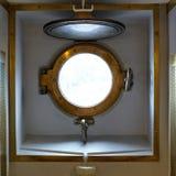 在一艘老军用蒸汽船的黄铜舷窗 免版税图库摄影