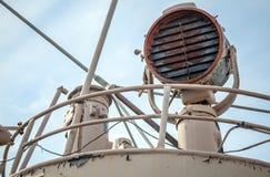 在一艘老船的上尉桥梁的生锈的信号灯 免版税库存图片