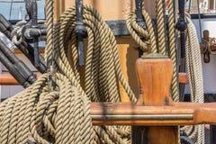在一艘老船的大绳索 库存图片