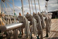 在一艘老船的绳索,航行 库存照片