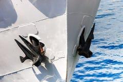 在一艘老船的船锚在港口停泊了 免版税库存图片