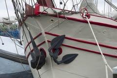 在一艘老船的船锚 库存图片