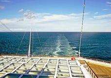 在一艘船后的波浪海上 免版税图库摄影